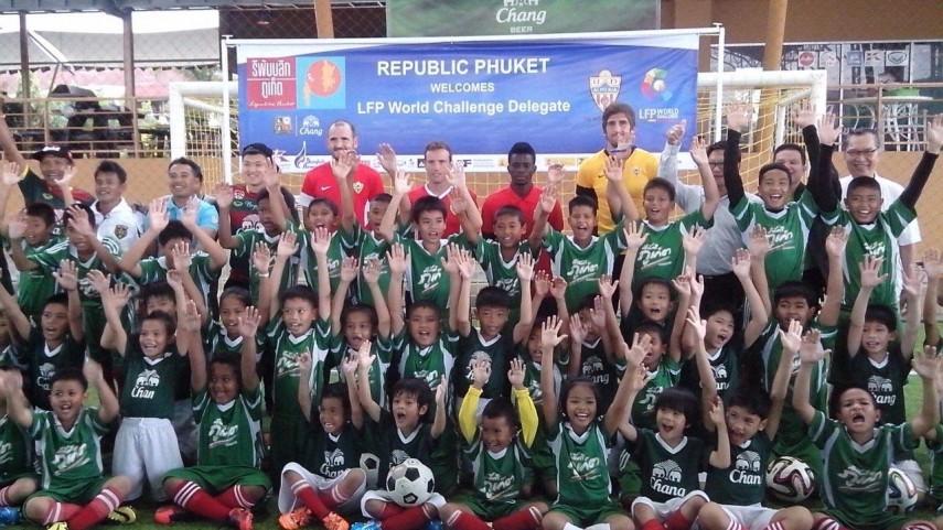 La UD Almería visita la escuela de fútbol de Phuket