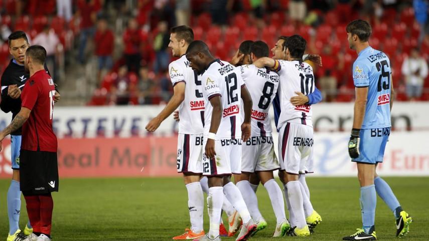 Osasuna se mantiene líder y el Huesca logra su primer triunfo