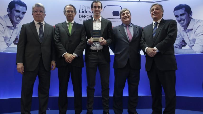 """Diego Godín recibe el """"I Premio al Liderazgo Deportivo"""" de la Agencia EFE"""