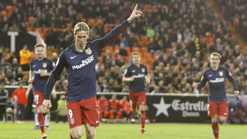 El Atlético vence en Mestalla y sigue soñando