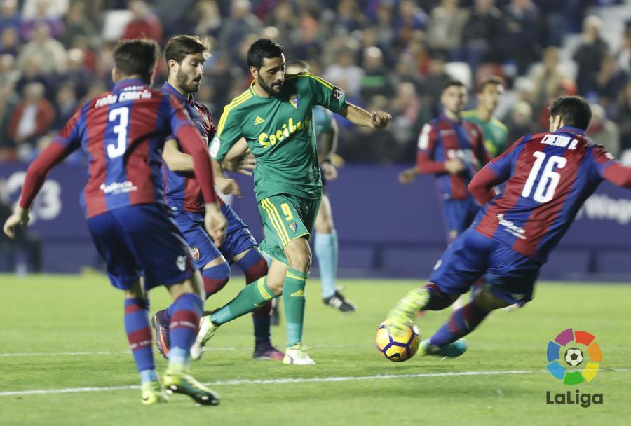 Dani Güiza con el balón ante los defensas del Levante / LaLiga