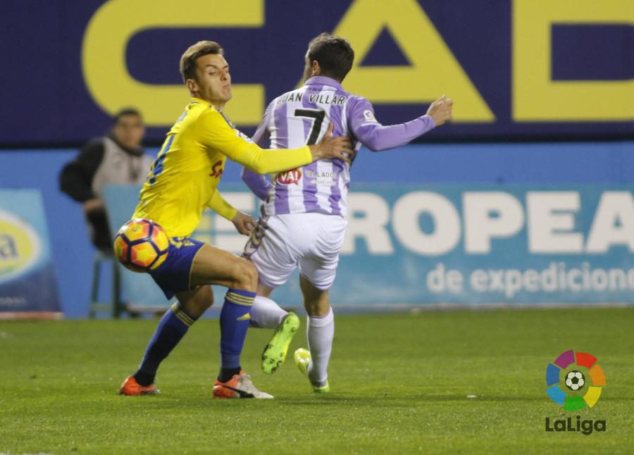 Brian Oliván y Villar pugnando en una jugada del partido / LaLiga