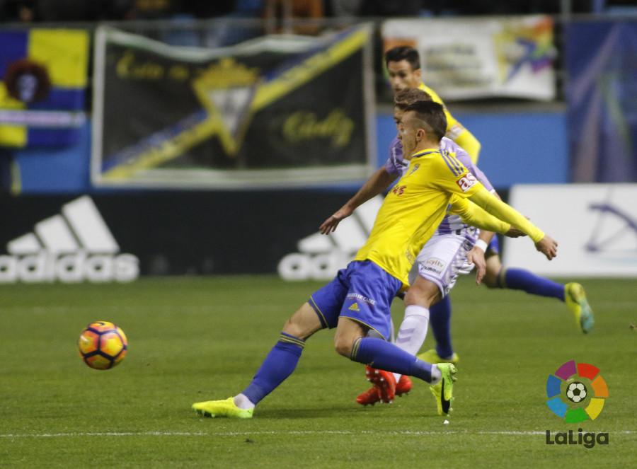 Salvi impulsa un balón ante la presencia de un jugador rival / LaLiga