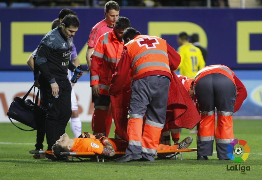 Isaac Becerra, meta del Valladolid, siendo retirado en camilla / LaLiga