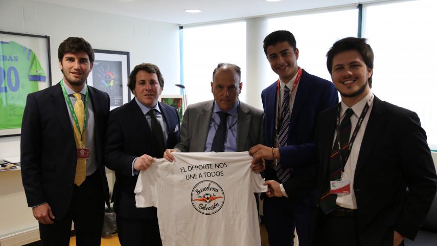 Javier Tebas recibe a una representación de 'Barcelona con la Selección'