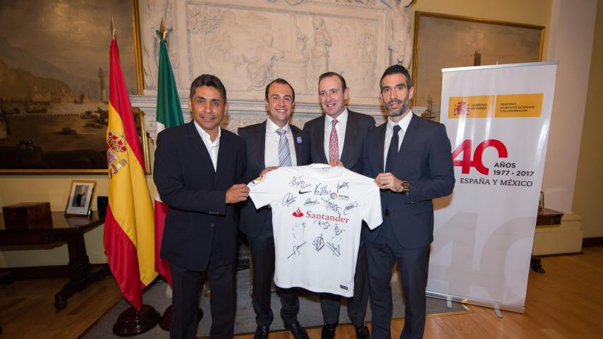 El equipo de LaLiga Legends visita la embajada de España en México