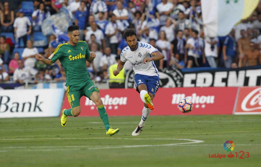 Germán golpea un balón en presencia de Rubén Cruz / LaLiga