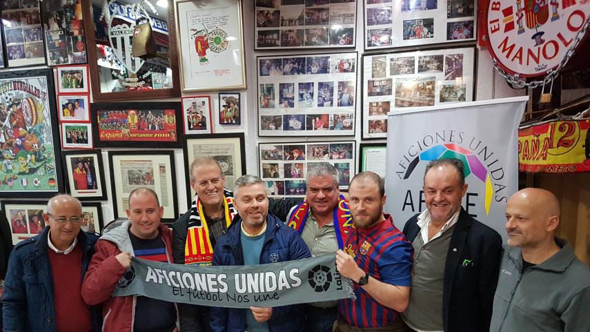 El encuentro entre los participantes de LaLiga Santander Experience y las peñas de Valencia y Barça en imágenes