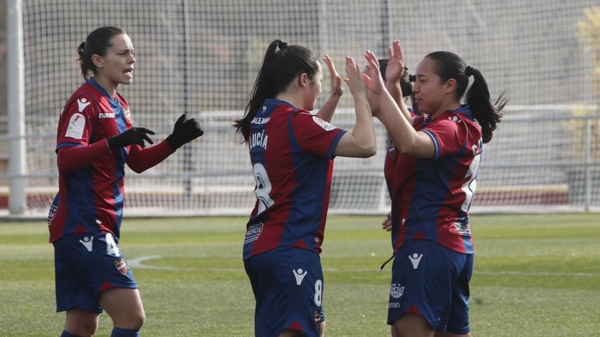 Charlyn secures a point for Levante Femenino with a stunning freekick