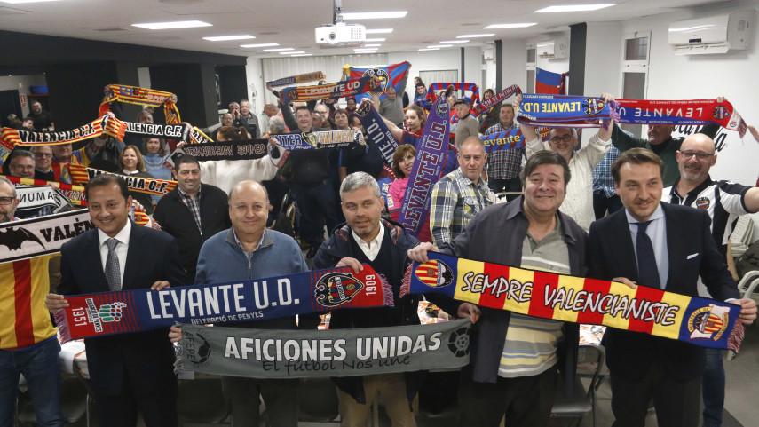 Las aficiones de Valencia CF y Levante UD, unidas antes del derbi valenciano