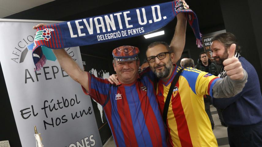 Las mejores imágenes del encuentro entre las aficiones de Valencia CF y Levante UD