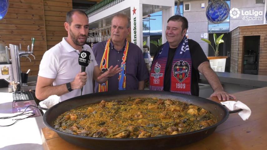 Ander Mirambell disfruta con las peñas de Levante y Valencia del derbi valenciano