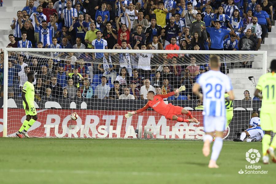 صور مباراة : ليغانيس - برشلونة 2-1 ( 26-09-2018 ) W_900x700_26211252_apa8621