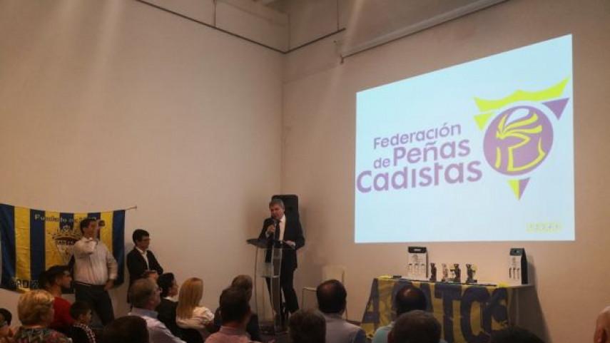 La Peña Cadista 4 Gatos premia a la Federación de Peñas del Cádiz