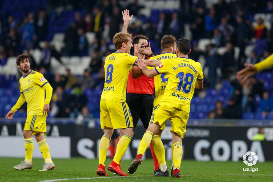 Los jugadores del Cádiz protestan por el gol anulado (Foto: LaLiga).