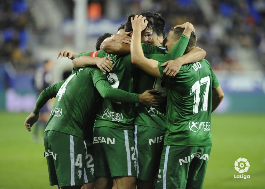 Piña de jugadores del Sporting en uno de los tantos ante el Éibar (Foto: LaLiga).