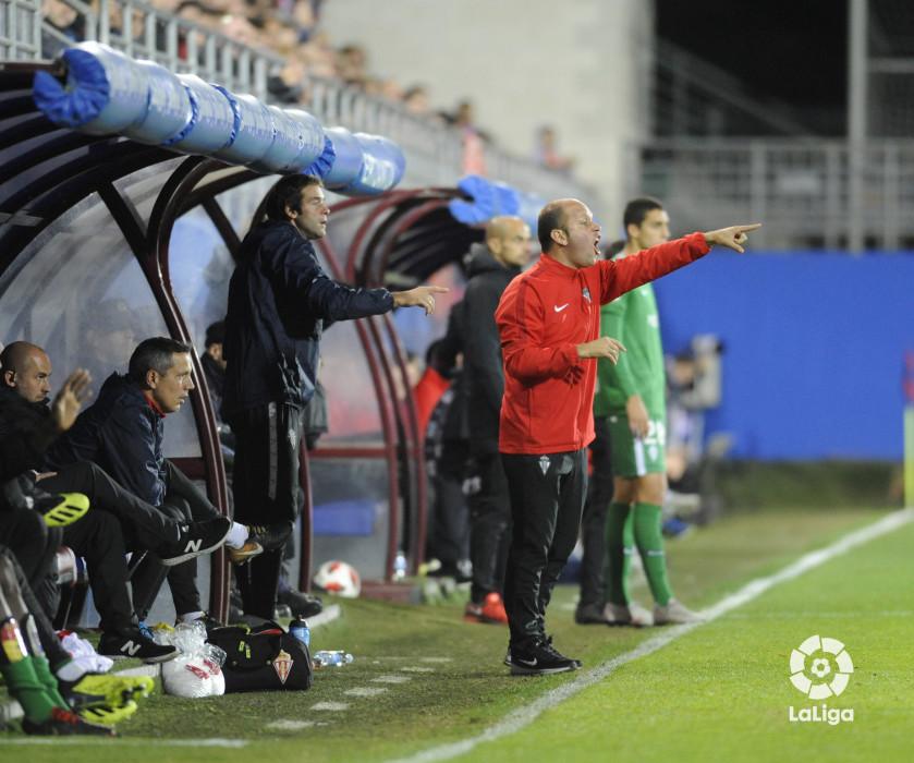 José Alberto da indicaciones durante el Éibar-Sporting (Foto: LaLiga).