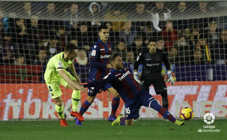 صور مباراة : ليفانتي - برشلونة 0-5 ( 16-12-2018 )  W_900x700_16210118levante-bar-a16