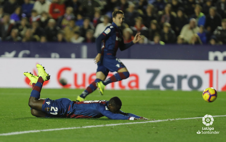 صور مباراة : ليفانتي - برشلونة 0-5 ( 16-12-2018 )  W_900x700_16211316levante-bar-a19