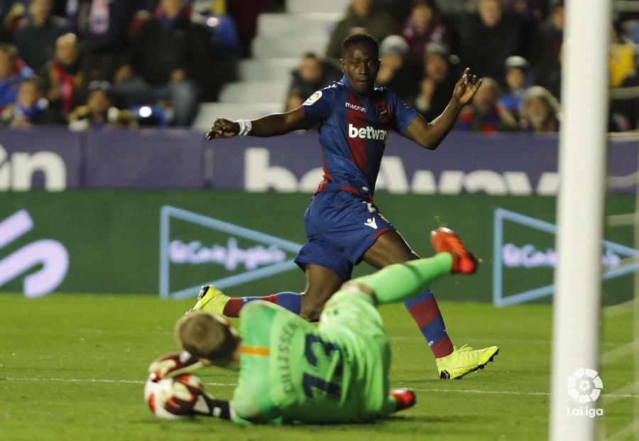 صور مباراة : ليفانتي - برشلونة 2-1 ( 10-01-2019 ) W_900x700_10220335levante-bar-acopa23
