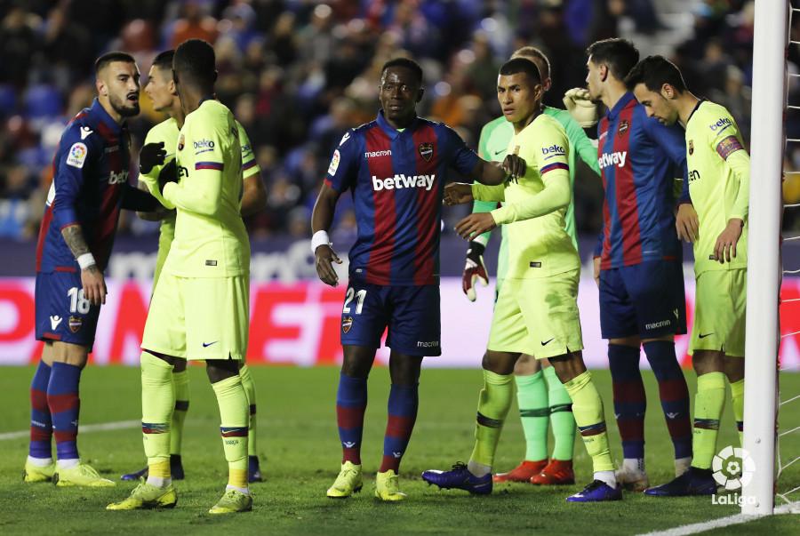 صور مباراة : ليفانتي - برشلونة 2-1 ( 10-01-2019 ) W_900x700_10222532levante-bar-acopa26