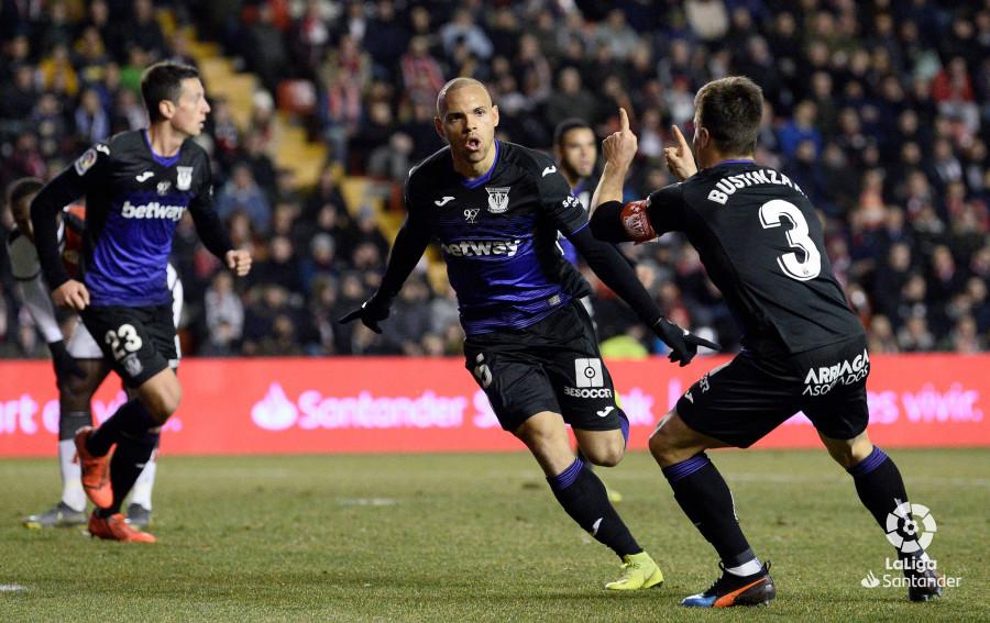 Braithwaite celebrando su gol en Vallecas.