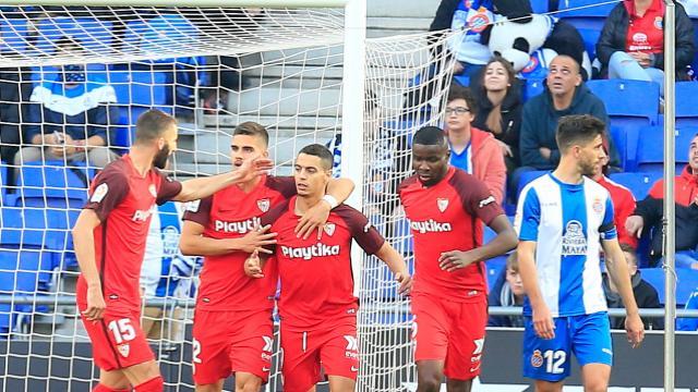 Ben Yedder celebra con el equipo su gol de penalti. (Foto: LaLiga).