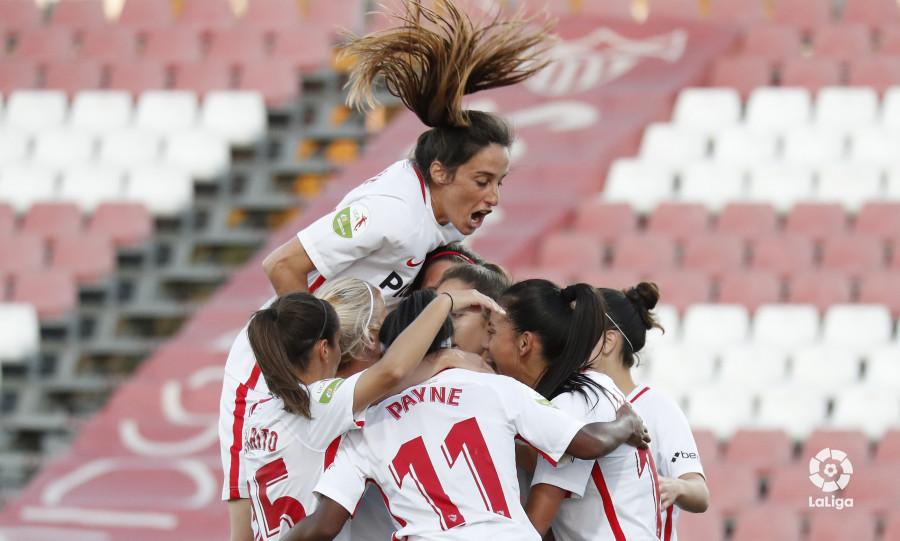 Las jugadores del Sevilla celebran uno de sus goles al Málaga (Foto: LaLiga).