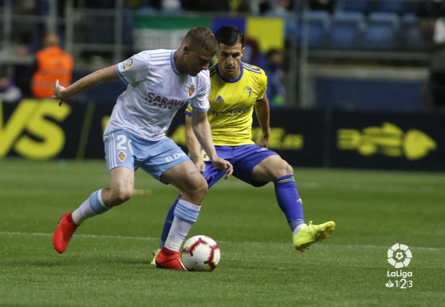 Pep Biel, ante Matos en el Cádiz-Real Zaragoza en Carranza (Foto: LaLiga).