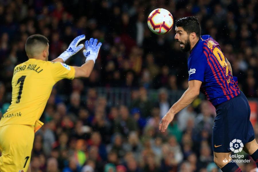 Luis Suárez busca cabecear el balón ante Rulli (Foto: LaLiga).