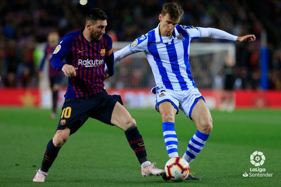 Llorente pugna con Messi por hacerse con el esférico (Foto: LaLiga).