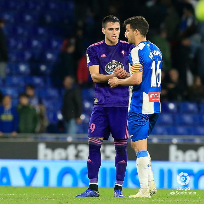 Maxi Gómez saluda a Javi López al acabar el Espanyol-Celta (Foto: LaLiga).