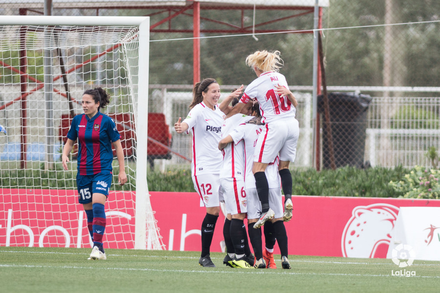 Las jugadoras del Sevilla celebran el gol de Raquel Pinel (Foto: LaLiga).