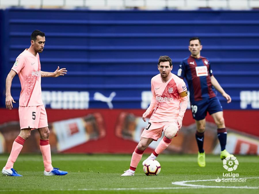 Leo Messi conduce el balón.